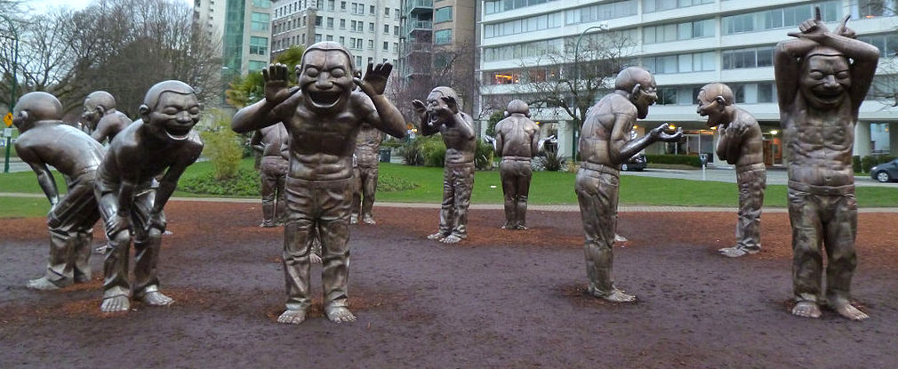 Yue Minjun: A-maze-ing Laughter (skulpturer i Vancouver)