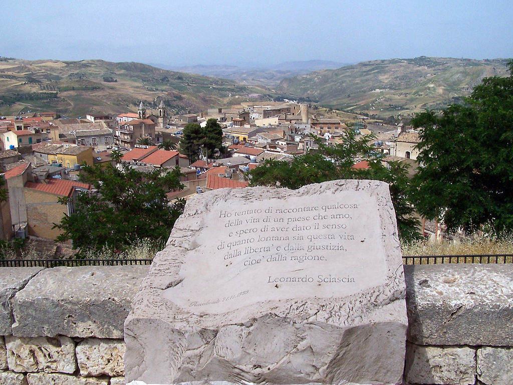 Ett citat från Sciascia med  hans hemort Racalmuto i bakgrunden  (Wikicommons)
