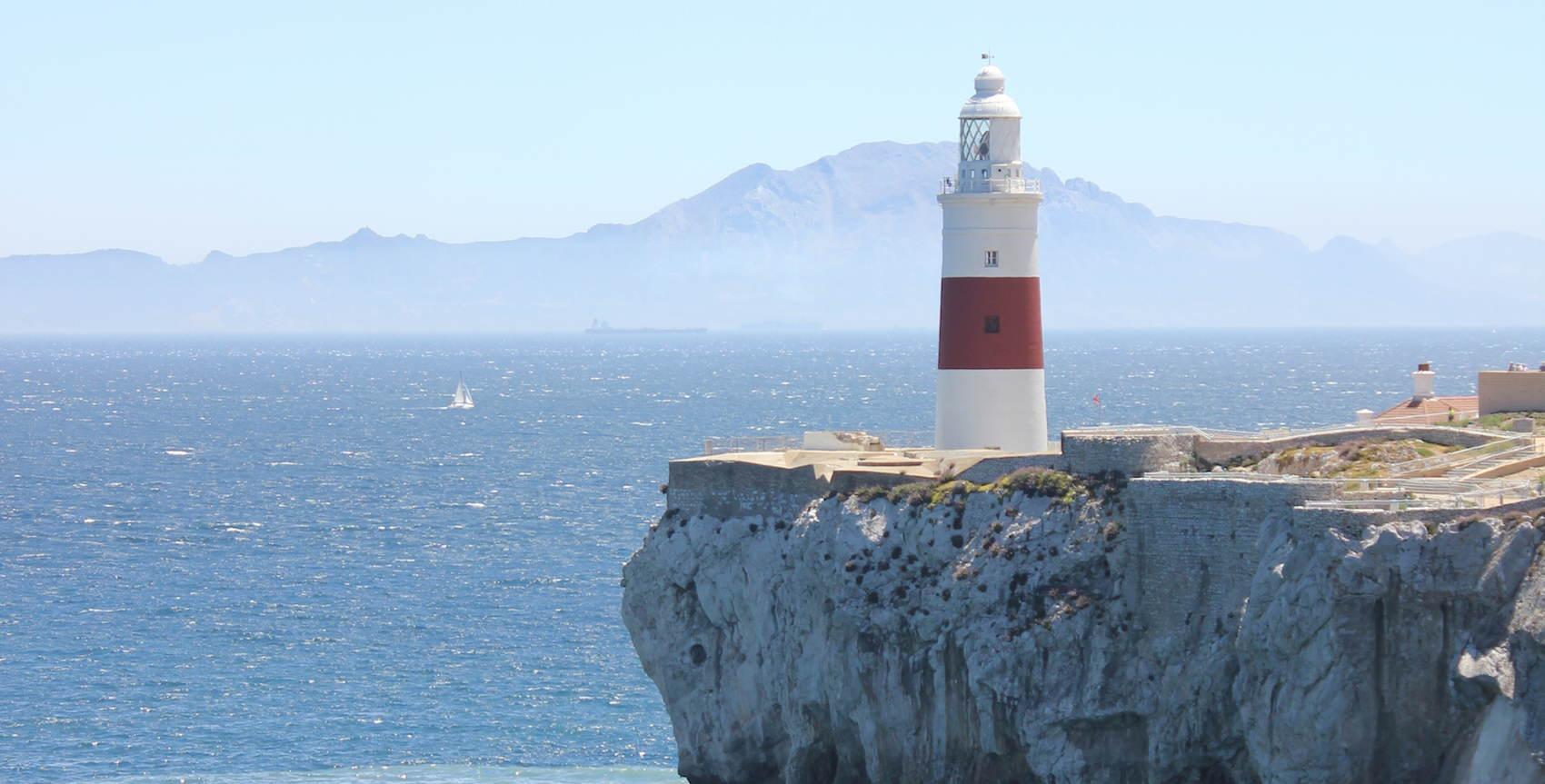 Gibraltar Point med den ena av Herules pelare, Jebel Musa,  i bakgrunden (Wikipedia)