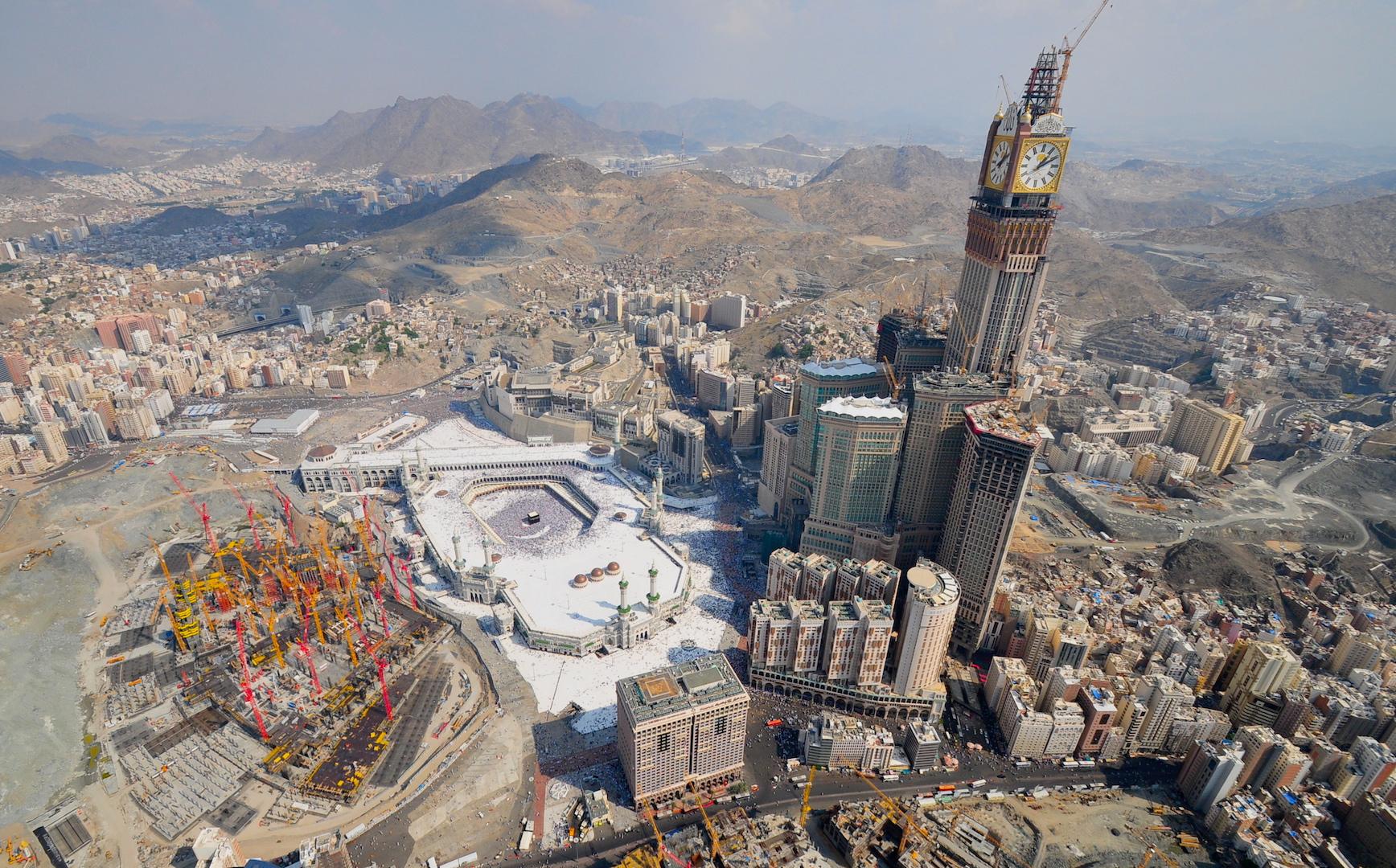 Världens största klocktorn, Royal Makkah Clock Tower, dominerar numera helt staden. Kaaba syns allra längst ner
