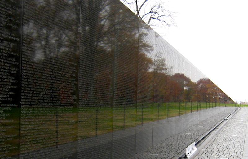 Vietnam Memorial Wall - ett oändligt antal namn från ena sidan i ett enda av alla krig