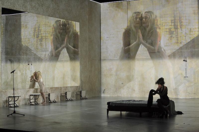 Isabelle Huppert och Norah Krief (foto: Pascal Victor/ArtComArt)